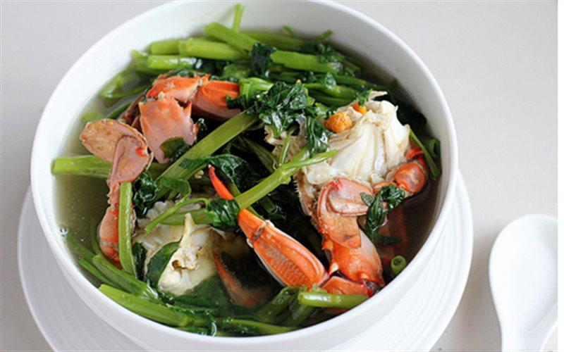 Cua biển nấu rau muống